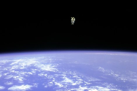 53043_space_mission_astronaut_astronaut_floating_in_space
